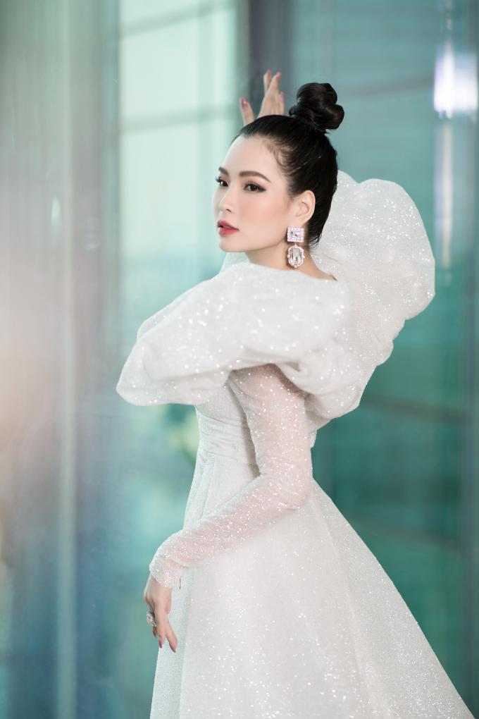 Trong cuộc sống hằng ngày, Thùy Dung nổi tiếng là người đẹp thích hàng hiệu bởi sở hữu nhiều món đồ thời trang đắt đỏ. Cô thường diện những bộ trang sức, đồng hồ, váy, áo... có giá từ vài chục tới hàng trăm triệu tại các sự kiện. Vừa qua, trong tuần lễ thời trang quốc tế Việt Nam – Vietnam International Fashion Week, người đẹp đã đeo chiếc đồng hồ hiệu Graff trị giá 125.000 USD (hơn 3 tỷ đồng).