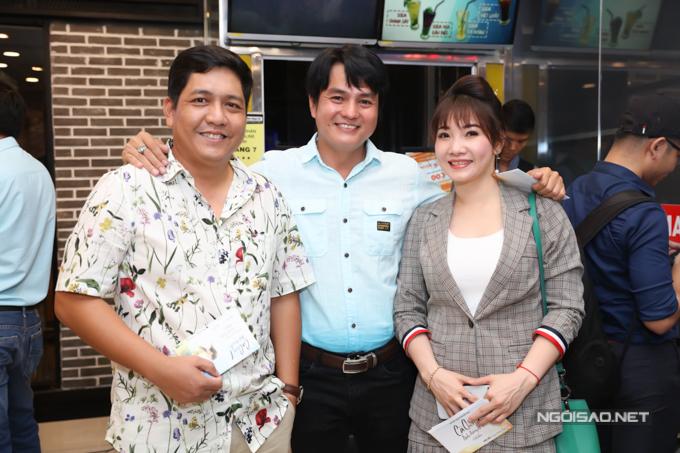 Đạo diễn Đức Thịnh vui vẻ gặp người tình màn ảnh của vợ là Cao Minh Đạt (giữa) và bạn bè nghệ sĩ ở sự kiện này.