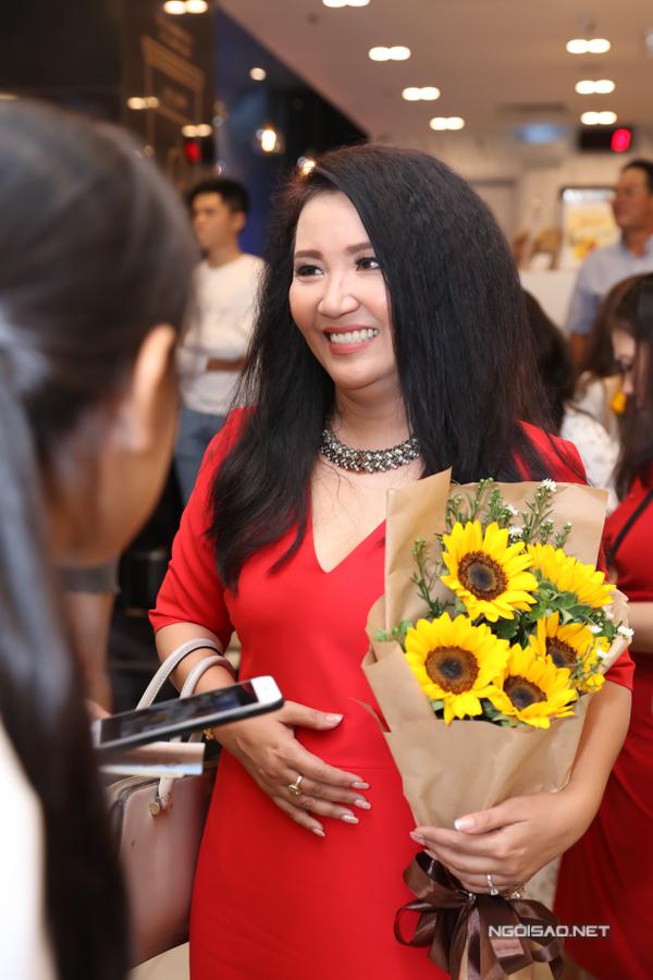 Diễn viên Ngân Quỳnh nổi bật khi diện váy đỏ đi event.