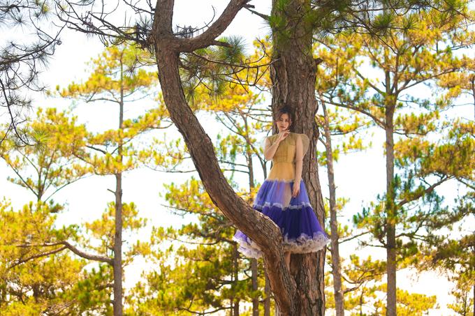 Để bộ ảnh thêm cuốn hút, Ngọc Lan còn leo lên cây thông và thực hiện những phần tạo dáng khó.
