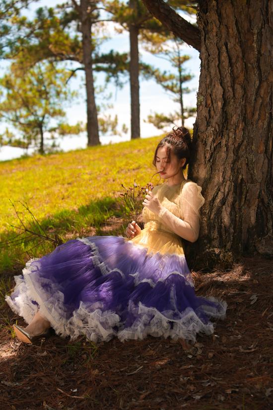Giữa rừng thông bạt ngàn, hình ảnh cô gái váy tím chạy dọc triền đồi đậm màu điện ảnh, hệt như những cuốn phim đang quay ở châu Âu.