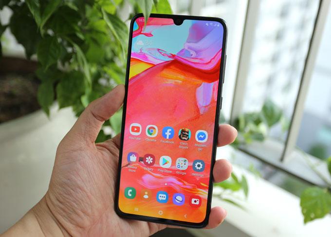 Galaxy A70 trang bị màn hình vô cực Infinity-U 6,7 inch, kích thước lớn nhất với dòng Galaxy A. Nhờ cạnh viền siêu mỏng và tỷ lệ hiện thị lên đến đến 93,4% mặt trước. Màn hình có tỷ lệ chuẩn điện ảnh 20:9 công nghệ Super Amoled Full HD+.