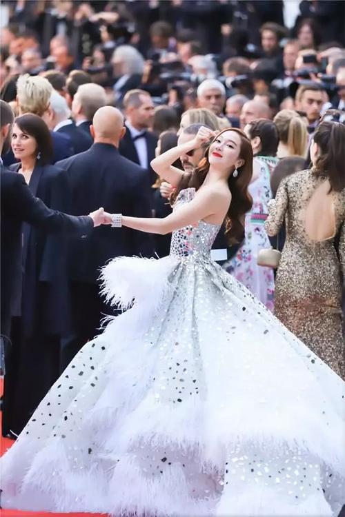 Jessica không chỉ bị chê về gương mặt cứng, cô còn bị đánh giá là mặc đồ không đẹp, bộ váy quá cồng kềnh, rườm rà, khiến cô đi lại vô cùng khó khăn.
