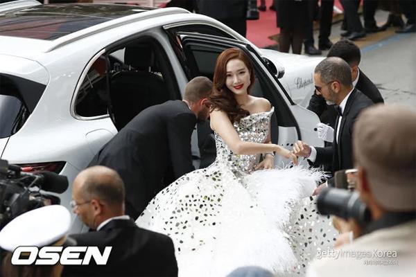 Trang Naver ngập tràn lời bình luận của khán giả Hàn Quốc. Nhiều người nhận xét rằng chắc chắn Jessica Jung đã sửa vùng trán và cằm, trông mặt cô cứng đơ, thiếu tự nhiên. Thậm chí nhiều khán giả còn nhân cơ hội nói rằng bạn trai của Jessica đã đến dự tiệc sinh nhật của Seungri, chắc chắn có liên đới với nhau, vì thế, không có lý do gì để cô ta hồn nhiên, vui vẻ ở Cannes như vậy.