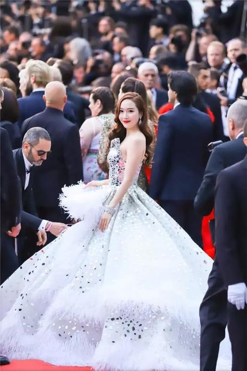 Thành viên SNSD bị chê mặt cứng, váy cồng kềnh khi đến Cannes - 4