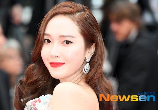 Jessica Jung đến thảm đỏ Liên hoan phimCannes sáng nay 14/5 (giờ địa phương Pháp). Nữ ca sĩ người Hàn Quốc khoe sắc vóc trong bộ đầm điệu đà của thương hiệu Rami Kadi, trang điểm đậm.