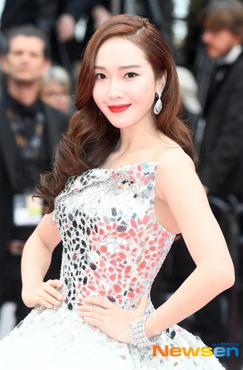 Dù vậy, một số ít ỏi khán giả vẫn dành cho Jessica những lời khen ngợi nhan sắc.Jessica Jung là ca sĩ, diễn viên Hàn Quốc, cô từng một thời hoạt động trong nhóm nhạc Girls Generation của SM Entertainment.