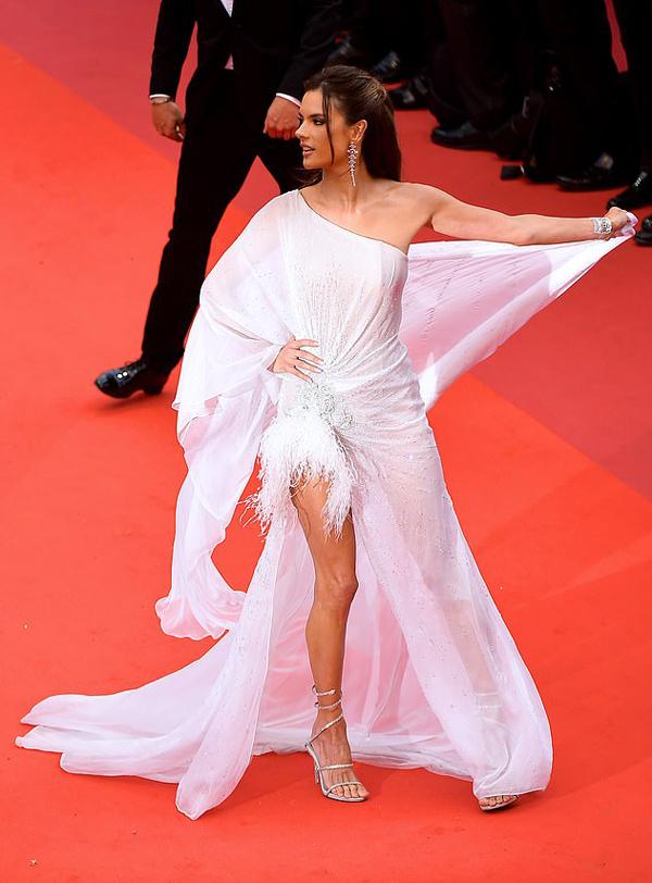 Mỗi mùa liên hoan phim Cannes, không chỉ các bộ phim tranh giải mà sự xuất hiện của những ngôi sao, mỹ nhân nổi tiếng thế giới cũng thu hút sự chú ý đặc biệt của công chúng. Siêu mẫu Brazil Alessandra Ambrosio quyến rũ trên thảm đỏ với bộ đầm bồng bềnh thương hiệu Ralph & Russo.