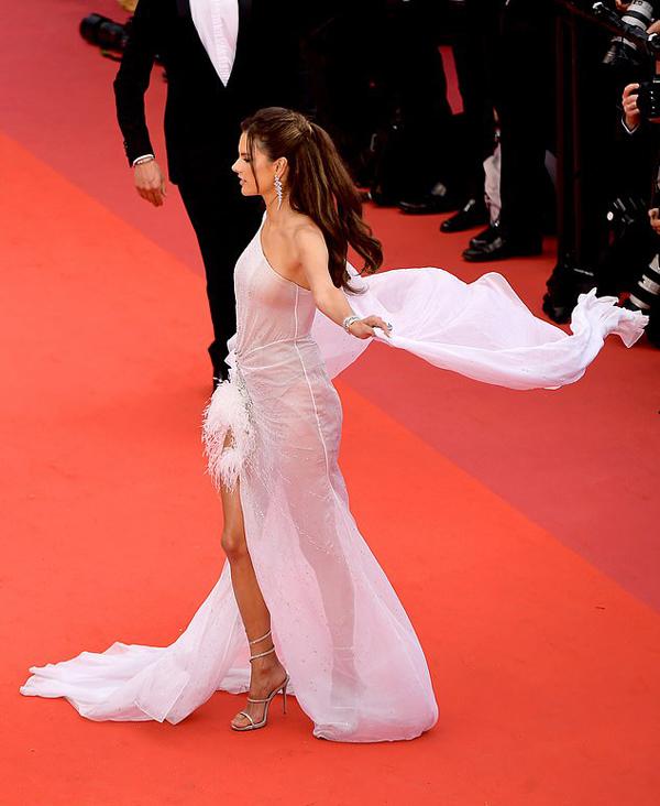 Cựu thiên thần nội y 38 tuổi tới xem buổi chiếu phim The Dead Dont Die mở màn LHP Cannes lần thứ 72.