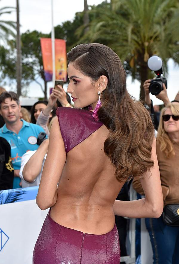 Siêu mẫu Izabel Goulart để lộ lưng trần.