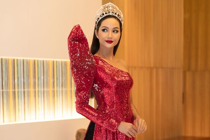 HHen Niê để tóc dài, diện áo dài cách tân đi event - 3