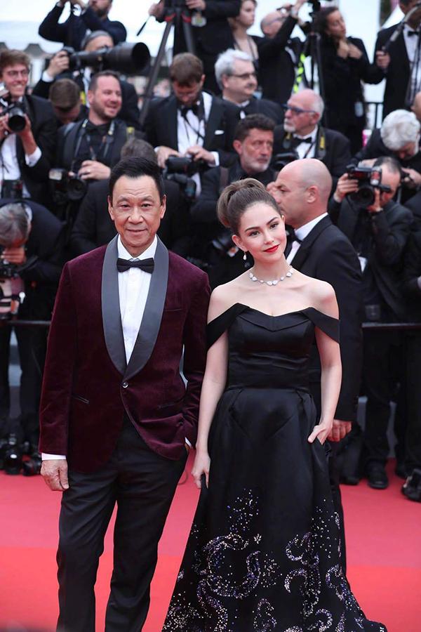 Người mẫu Hannah Côn Lăng sóng đôi diễn viên gạo cội Vương Học Tân đi thảm đỏ, tham gia LHP với vai diễn trong phim hành động Thiên hỏa.