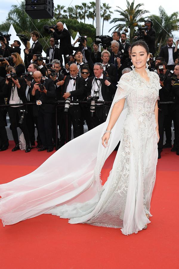 Chị đại của điện ảnh Trung Quốc Củng Lợi thướt tha với váy voan trắng. Đây là lần thứ 18 chị xuất hiện trên thảm đỏ khai mạc LHP Cannes.