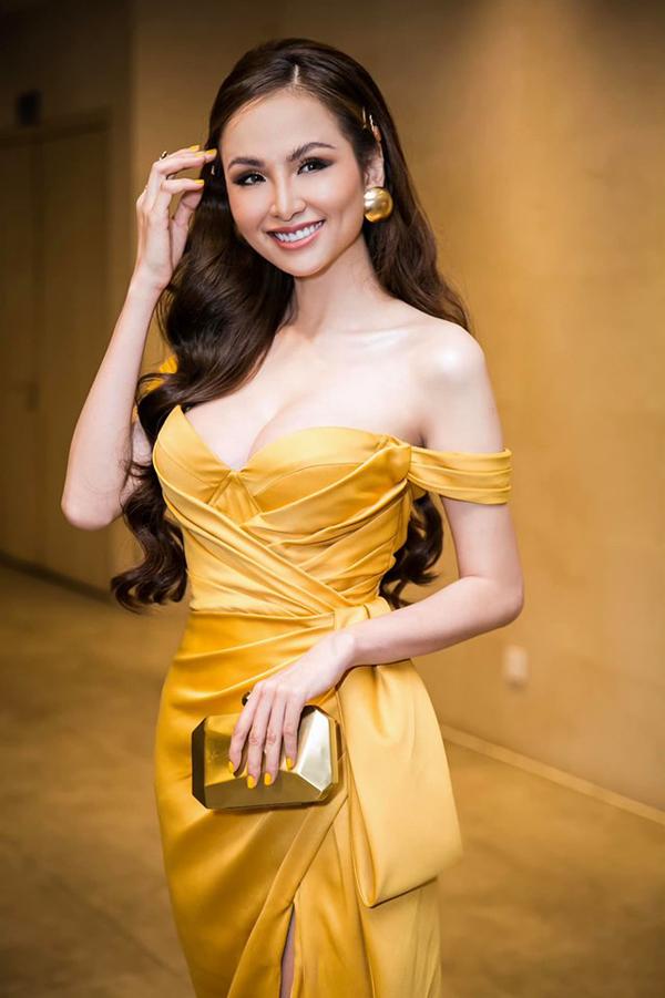 Hoa hậu Diễm Hương lại phô vòng ngực nảy nở với đầm trễ nải. Thời gian này cô vừa chạy show sự kiện vừa kinh doanh.