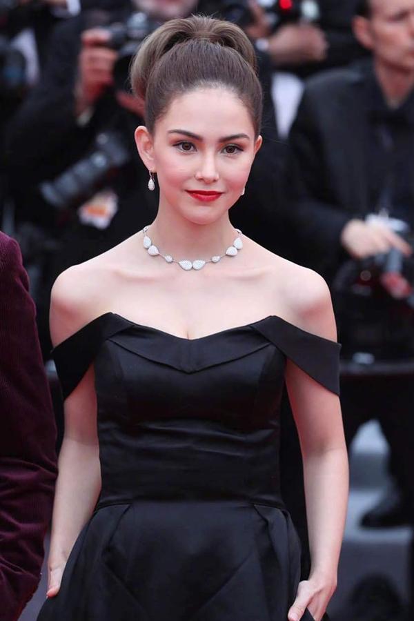 Bà xã xinh đẹp của Châu Kiệt Luân - Côn Lăng chọn phong cách trang điểm sexy thường thấy.