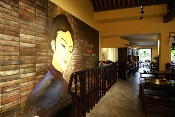 Bước vào bên trong, bạn sẽ bị thu hút bởi cách trang trí mang nét cổ kính của Việt Nam xưa pha lẫn với nền văn hóa Pháp thời hội nhập.