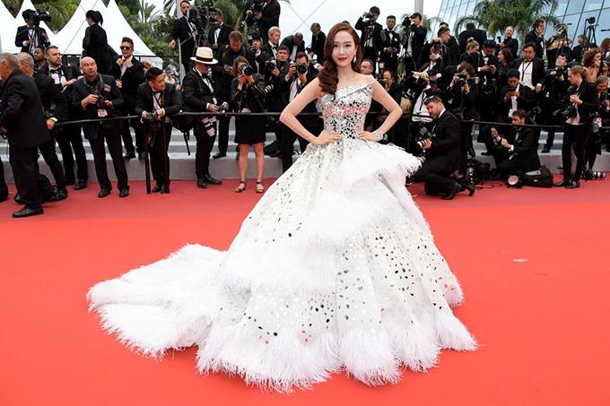 Cựu thành viên nhómSNSD Hàn Quốc Jessica Jung duyên dáng với đầm trắng bồng bềnh.