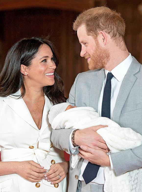 Vợ chồng Harry - Meghan bế con trai Archie ra mắt báo chí thế giới hôm 8/5. Ảnh: PA.