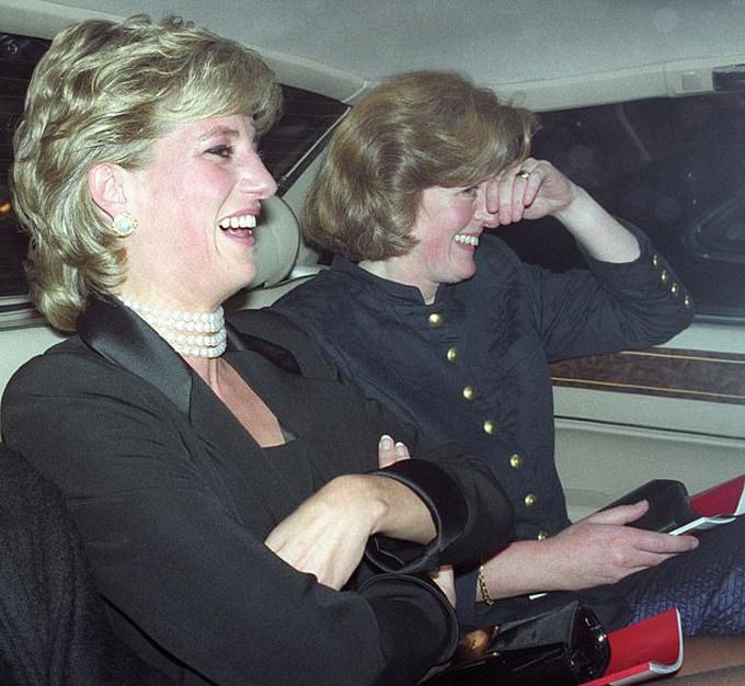 Công nương Diana được chụp ảnh vớichị gái Jane Fellowes vào năm 1995. Ảnh: Rex.