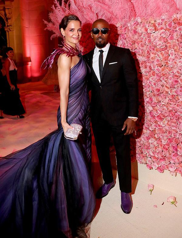 Vào tuần trước, Katie-Jamie lần đầu sánh đôi đến thảm đỏ tại Met Gala. Cặp sao mặc ton sur ton với sắc tím, trông rất hạnh phúc bên nhau.
