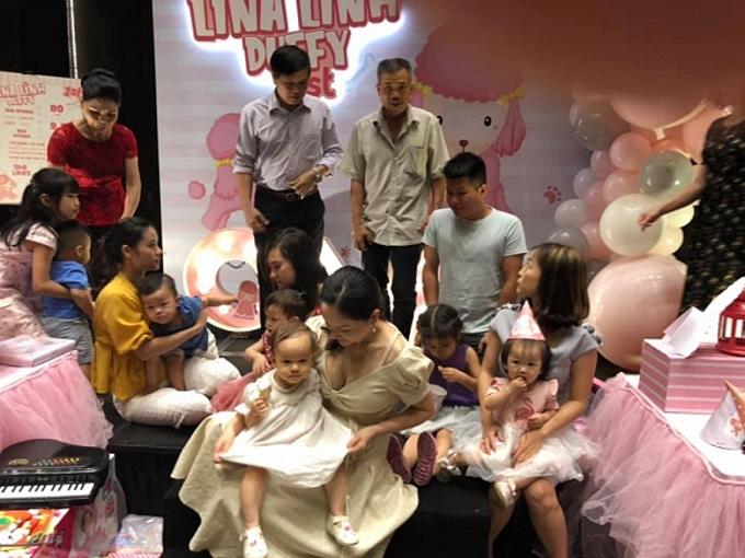 Bữa tiệc có sự góp mặt của người thân và một số bạn bè thân thiết của Lan Phương.