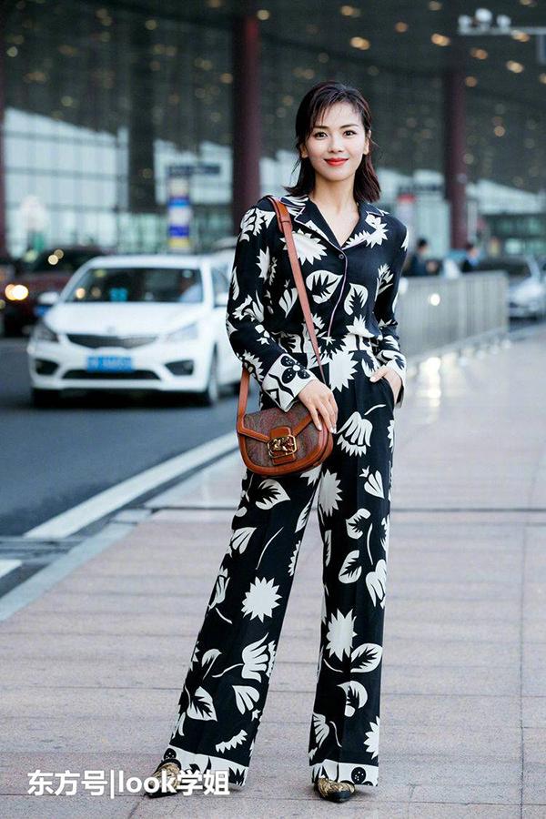 Trước đêm khai mạc, người đẹp xứ Trung vốn đã thu hút nhiều ống kính phóng viên quốc tế với gu thời trang sành điệu.