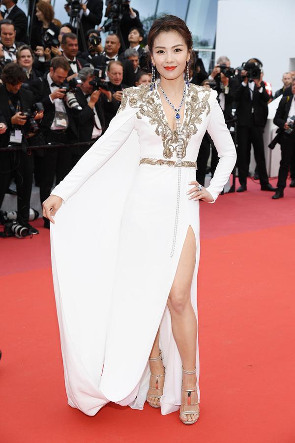 Tối 14/5 (theo giờ Cannes), LHP Cannes lần thứ 72 khai mạc, quy tụ sự tham gia của nhiều ngôi sao, nhà làm phim trên khắp thế giới. Lưu Đào là một trong các nghệ sĩ Trung Quốc nhận lời mời tham gia sự kiện. Cô xuất hiện trên thảm đỏ với bộ đầm trắng dài, xẻ cao. Trước đêm khai mạc, người đẹp xứ Trung vốn đã thu hút nhiều ống kính phóng viên quốc tế với gu thời trang sành điệu.