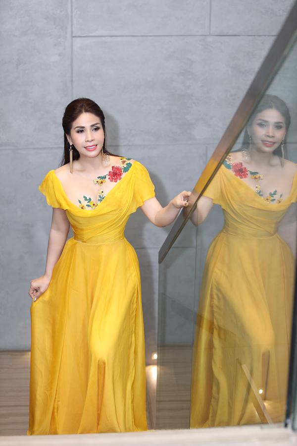 Khi xuất hiện trong chương trình, em gái Lý Hùng mặc đầm vàng rực rỡ của NTK Hoàng Hải. Bộ dạ hội kín đáo, thanh lịch, phù hợp với phong cách nhẹ nhàng mà Lý Hương đang hướng tới.