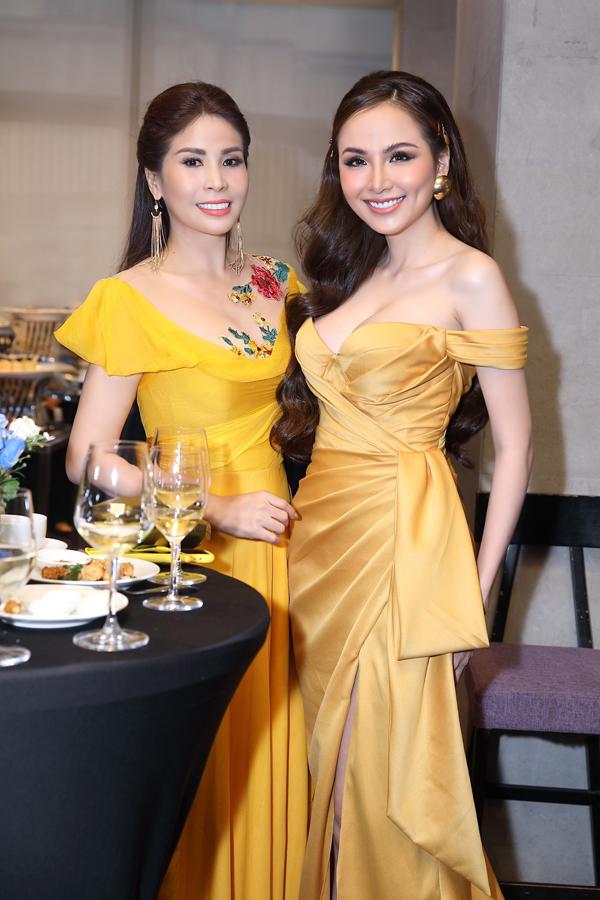 Không hẹn mà gặp, cả Lý Hương và Diễm Hương đều chọn trang phụcnổi bật, thu hút sự chú ý của đông đảo quan khách.