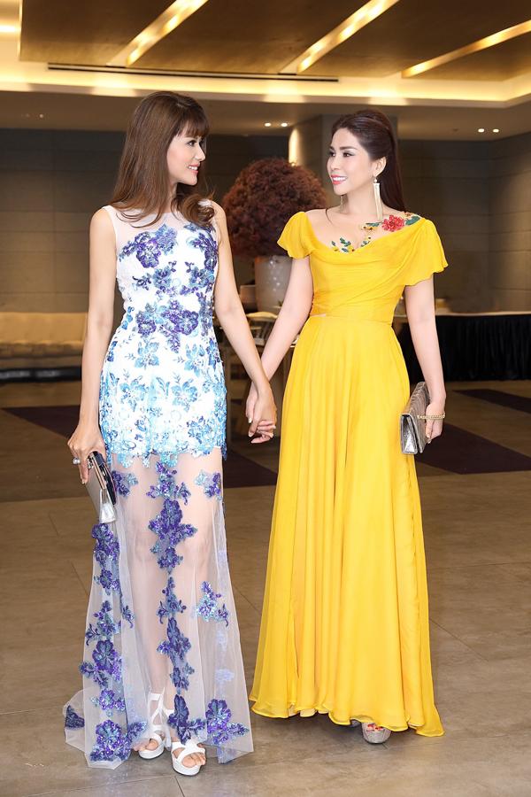 Á hậu thể thao 2015 Băng Châu (trái) không hề kém cạnh Lý Hương về nhan sắc với thiết kế đầm xuyên thấu đính hoa ren tỉ mỉ.
