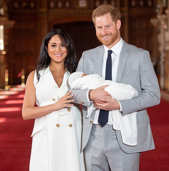 Vợ chồng Harry lần đầu giới thiệu con trai Archie với thế giới hôm 8/5, hai ngày sau khi bé chào đời. Ảnh: PA.