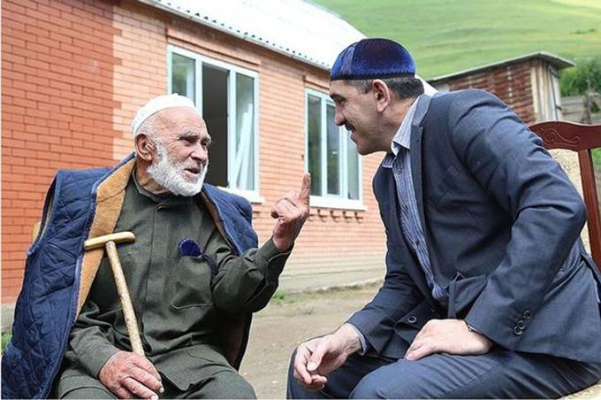 Ông Appaz trò chuyện với ông Yunus-Bek Evkurov trong một lần gặp gỡ. Ảnh: East2west.