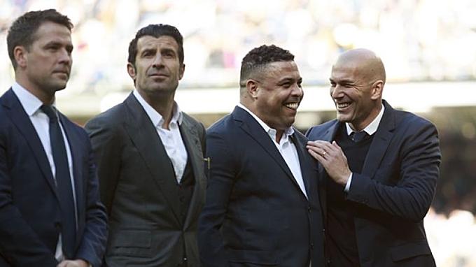 Ronaldo (thứ hai từ phải sang) trong lần trở lại Bernabeu cùng các huyền thoại Real Madrid. Ảnh: EPA.
