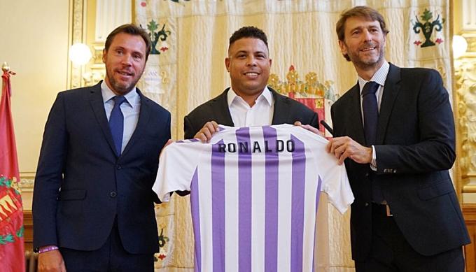 Ronaldo mua lại Valladolid năm ngoái. Ảnh: AFP.