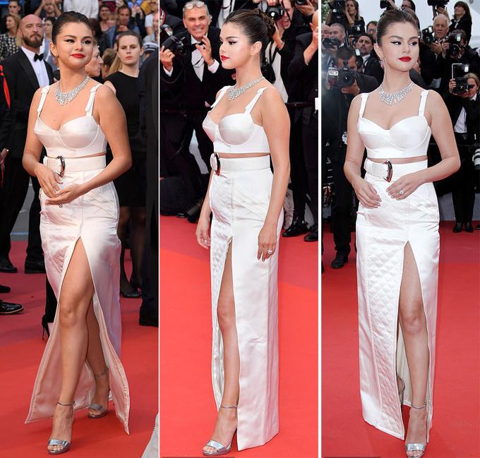 Nữ diễn viên Mỹ tỏa sáng với trang sức lộng lẫy và bộ đầm trắng quyến rũ - bustier (corset kết hợp với crop top) và váy xẻ thắt đai. Trang phục vừa tôn lên đường cong của Selena, vừa đủ gợi cảm mà vẫn giúp cô khéo che vết sẹo ở bụng sau ca phẫu thuật ghép thận.