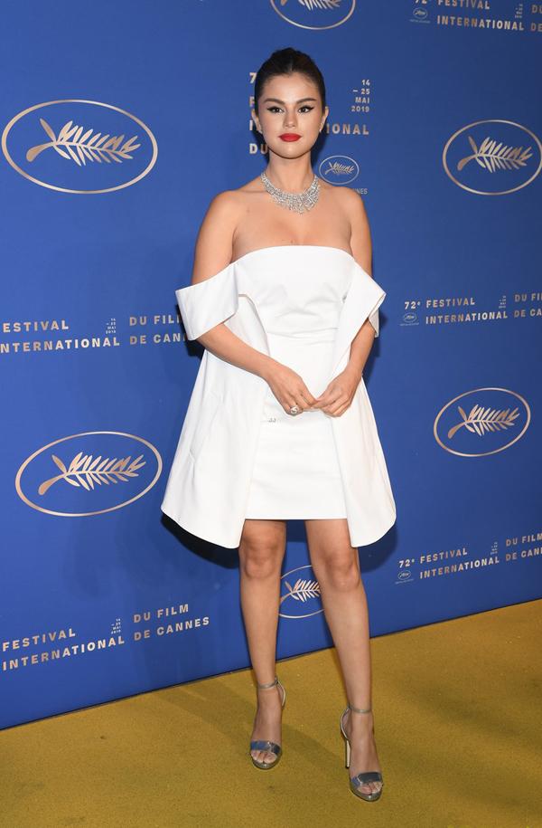 Sau buổi lễ ra mắt phim, Selena thay bộ đầm trắng trễ nải tới dự tiệc trong khuôn khổ liên hoan phim Cannes.