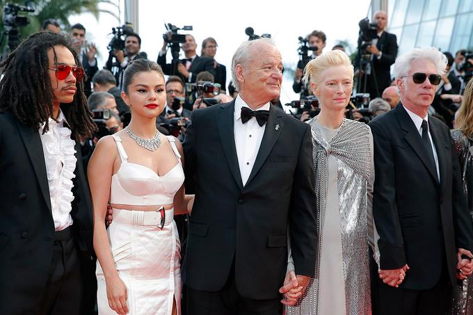 Selena bên các ngôi sao của phim hài kinh dị The Dead Dont Die. Họ đã có thời gian gắn bó cùng nhau khi quay phim vào hè năm ngoái.