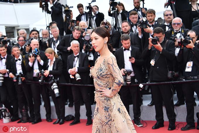 Cô gái lạ mặt người Trung Quốc tạo dáng trên thảm đỏ Cannes.