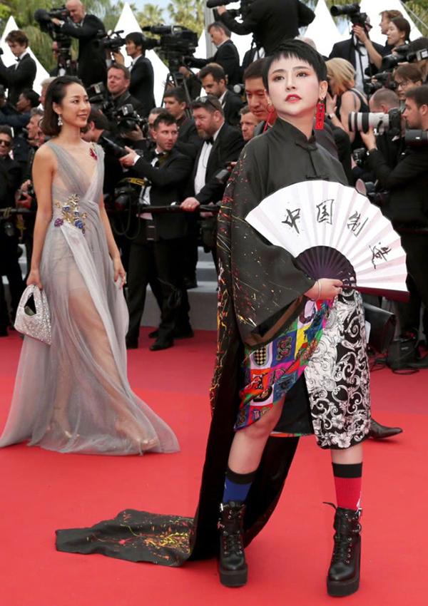 Một mẫu trẻ mặc đồ truyền thống cách điệu của Trung Quốc.