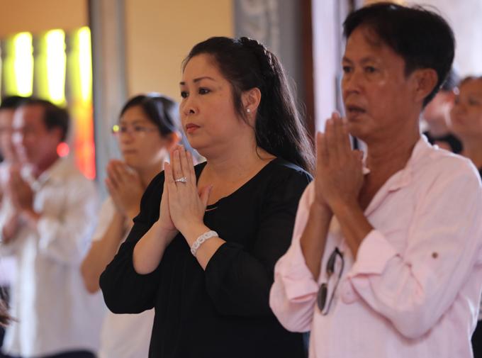 Hồng Vân có mặt tại chùa Ấn Quang TP HCM, lúc 9h sáng 16/5 để cùng gia đình làm lễ cúng 49 ngày cho Anh Vũ.