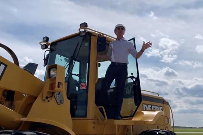 Bezos chuẩn bị bước xuống máy ủi tại lễ khởi công. Ảnh: TechCrunch.