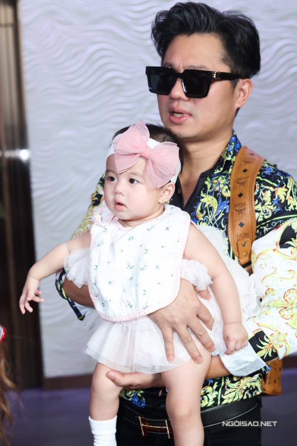 Công chúa của nam ca sĩ được gần 7 tháng tuổi, rất trắng trẻo, bụ bẫm. Đây là lần đầu bé được bố mẹ đưa đến nơi đông người.