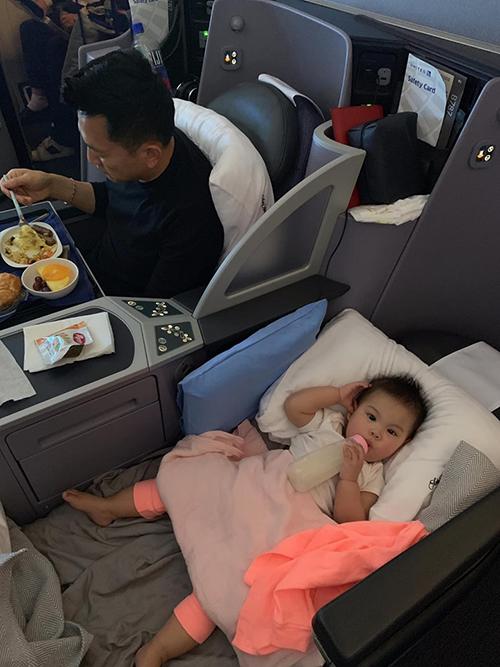 Thanh Thảo chia sẻ, con gái lên máy bay rất ngoan nhưng phải nằm một mình một ghế mới chịu.