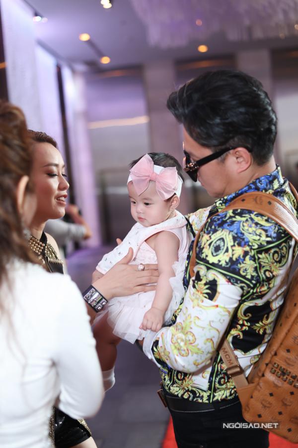 Bạn bè, đồng nghiệp của Lâm Vũ tranh thủ nựng nịu con gái anh. Ai cũng khen cô bé đáng yêu, gương mặt tròn, bầu bĩnh giống bố.