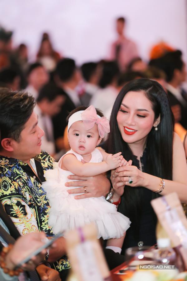 Vợ và con gái Lâm Vũ hiện sống ở Mỹ. Vì thế anh phải bay đi bay về giữa hai nước để vừa chạy show ca hát vừa chăm sóc gia đình nhỏ.
