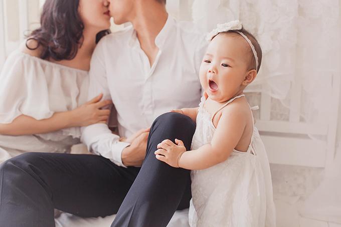 Cô con gái chưa đầy một tuổi của Ngọc Hải xinh xắn đáng yêu, thừa hưởng những nét đẹp của cả bố và mẹ.