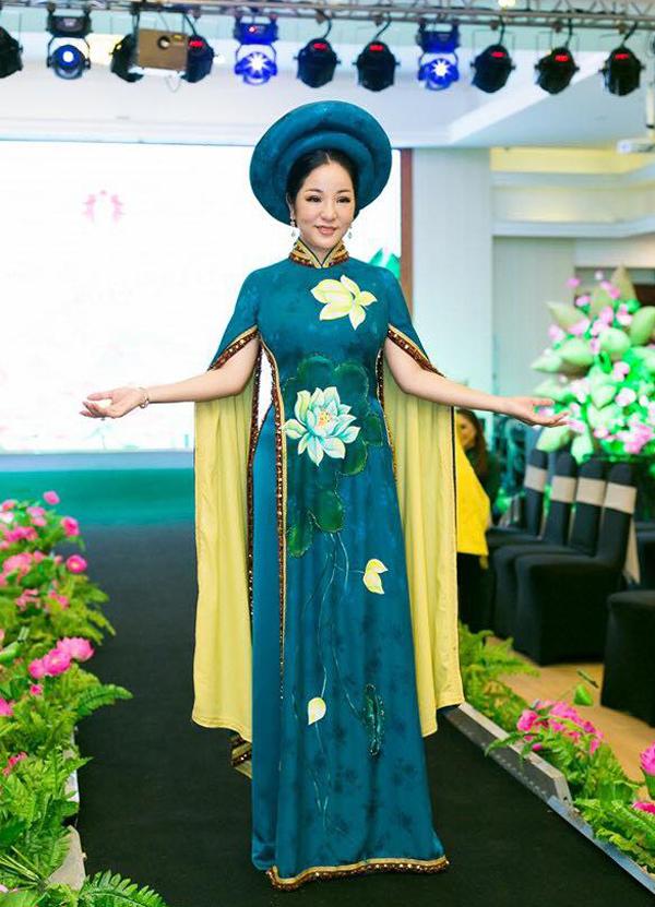 Danh hài Thúy Nga xúng xính trong tà áo dài họa tiết hoa sen.