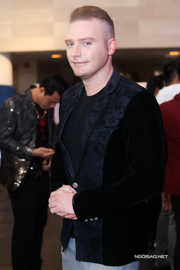 Ca sĩ Kyo York mặc bảnh bao dự buổi ra mắt công ty âm nhạc và công bố hai sản phẩm mới của danh caNgọc Sơn.