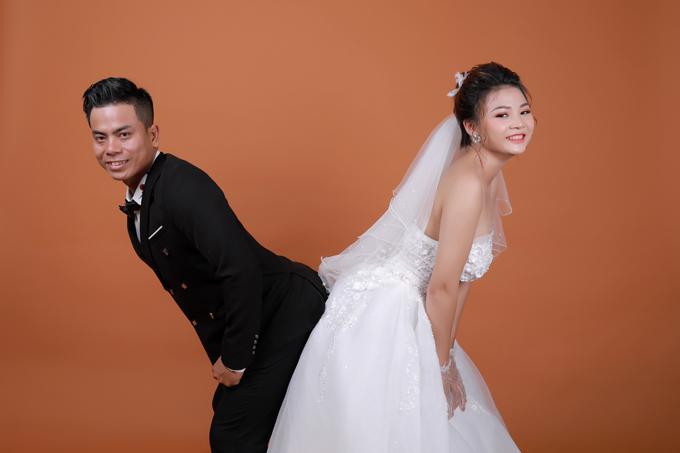 Nhằm trốn nắng hè oi bức, cặp sắp cưới chọn thực hiện chụp ảnh trong phim trường nhưng quyết định tạo nên điều khác biệt với màn thả dáng độc đáo, siêu quậy.