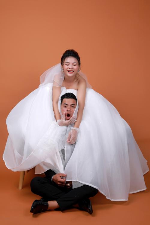 Những tấm ảnh đều hướng tới sự tự nhiên với màn diễn xuất bất chấp của cô dâu chú rể, tạo nên khoảnh khắc độc - lạ - nhây.